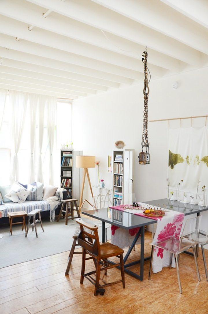 Barevný obývací pokoj s jídelnou