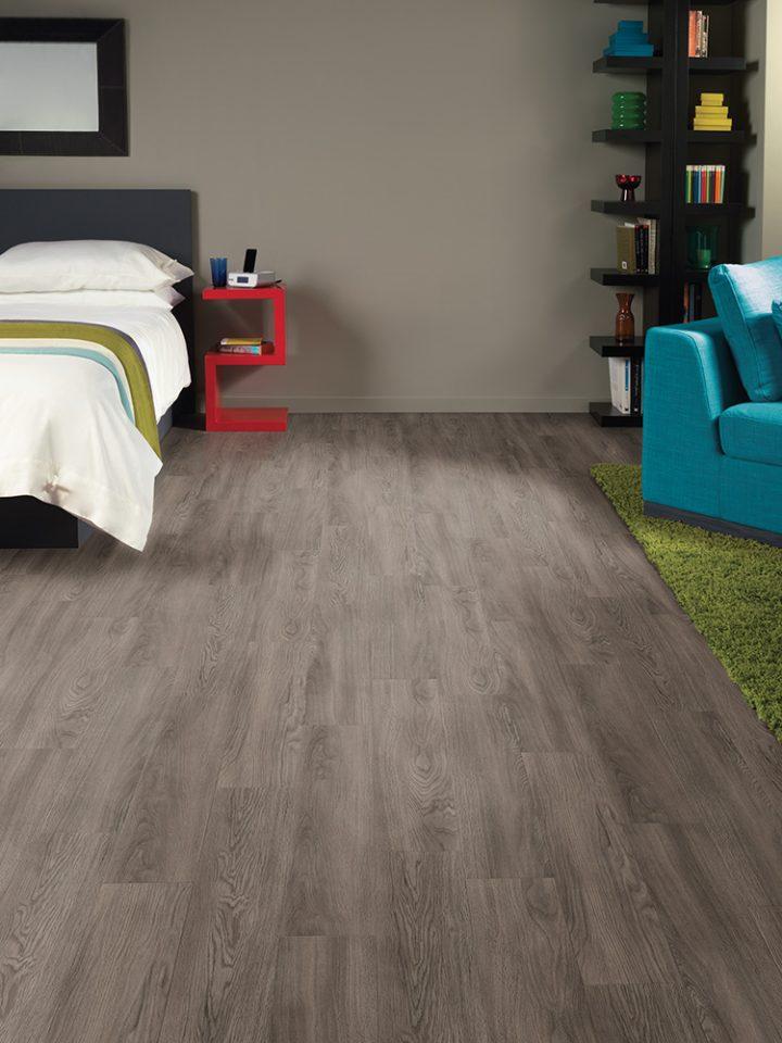 Moderní ložnice s podlahou Smoked Grey Oak