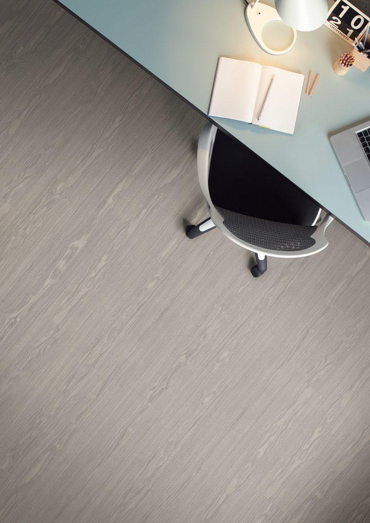 Stylová domácí pracovna s podlahou Frosted oak