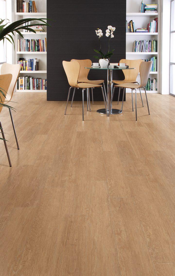 Přirozený odstín vinylové podlahy Limed Wood Natural ideální pro vaši jídelnu