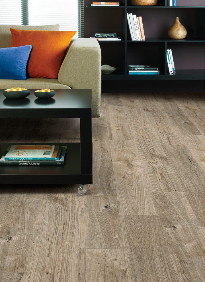 Moderní obývací pokoj s vinylovou podlahou Sun Bleached Oak
