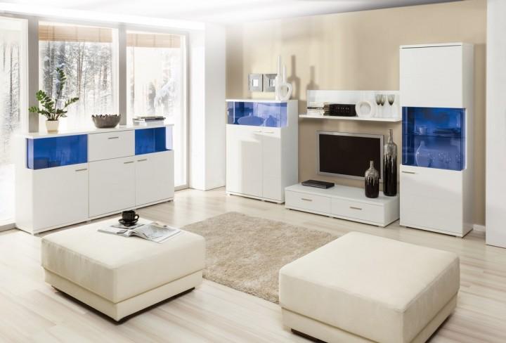 Obývací pokoj s modrými dekorativními skly nábytku