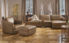 Elegantní obývací pokoj s antickými prvky