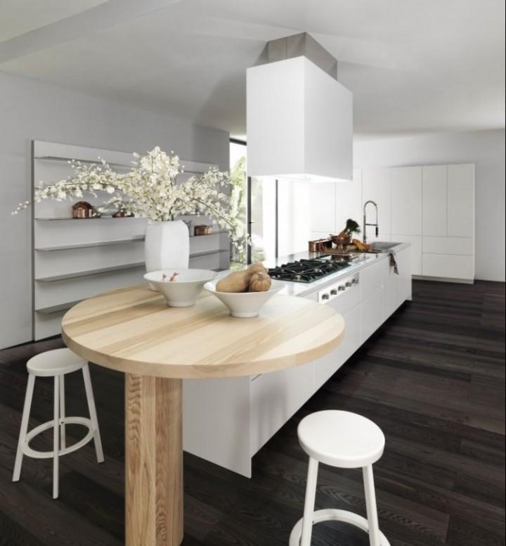 Prostorná kuchyň ve světlých odstínech