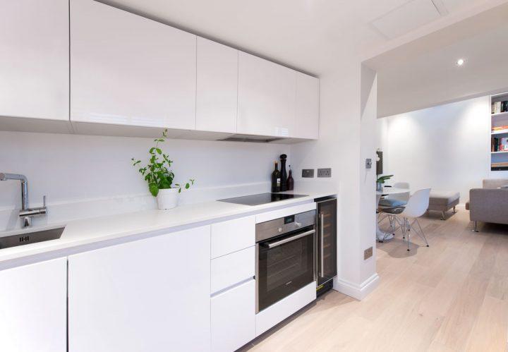Bílá minimalistická kuchyň