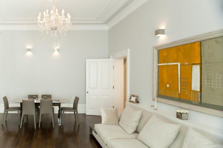 Jídelna propojená s obývacím pokojem
