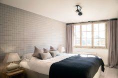 Jednoduchá ložnice v interiéru