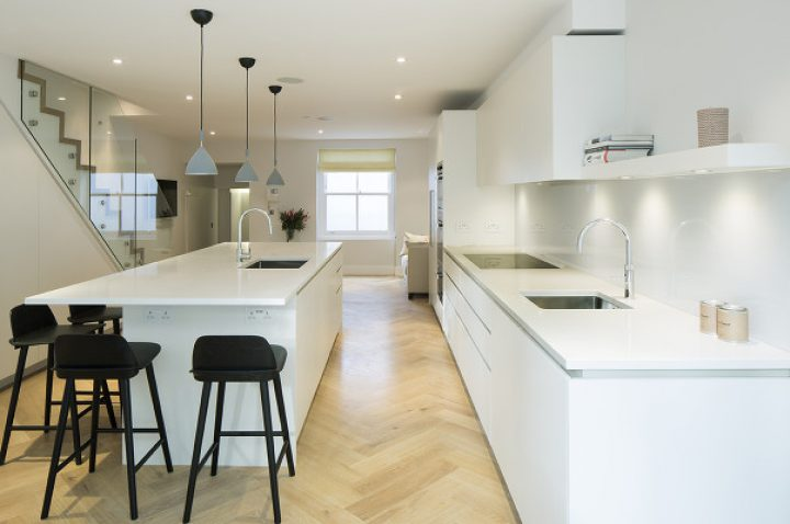 Minimalistická kuchyň v bílé barvě