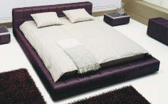 Moderní postel ve vínové barvě