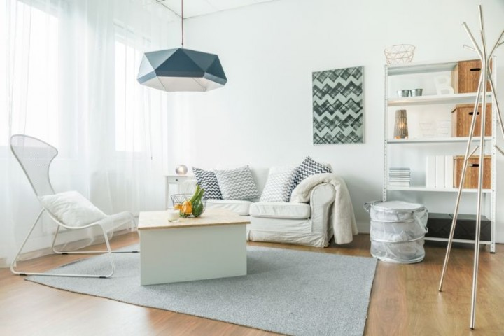 Jednoduchý obývací pokoj ve světlých barvách