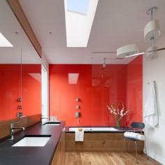 Červená barva pro malou koupelnu
