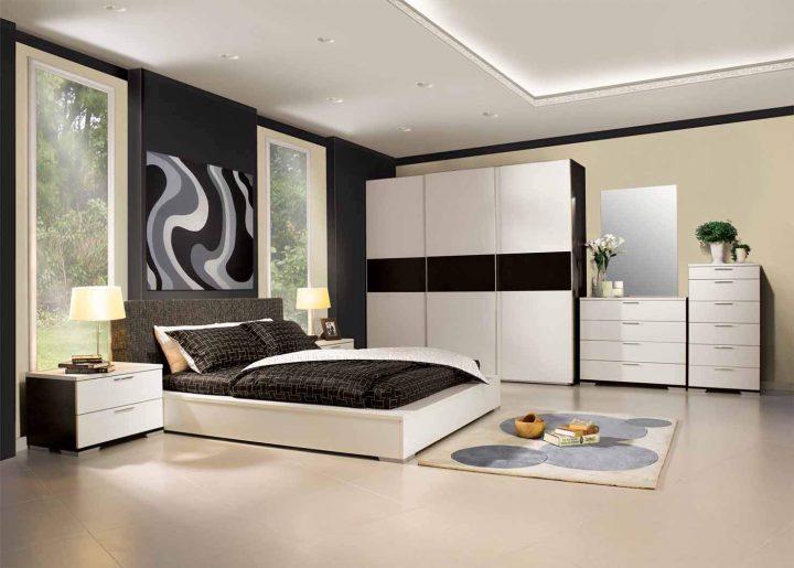 Bílá ložnice s tmavými akcenty