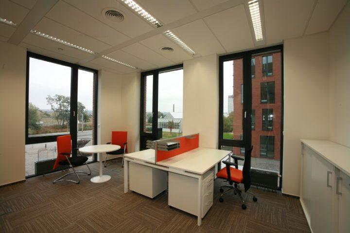 Kancelář s bílým nábytkem NO+BL