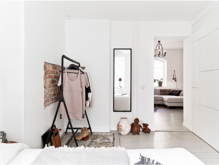 Jednoduchá ložnice s přírodními prvky