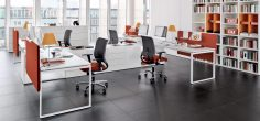 Moderní kancelář s barevným nábytkem
