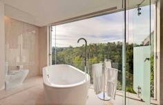 Velké okno v koupelně