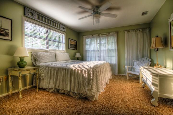 Útulná ložnice v přírodních barvách