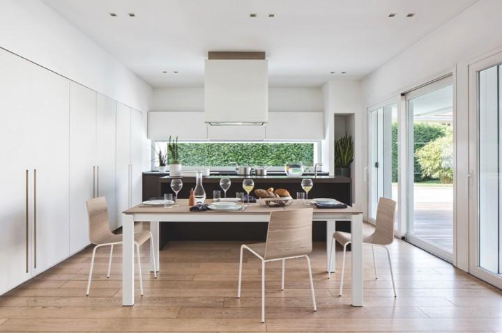 Krásná moderní jídelna s kuchyní