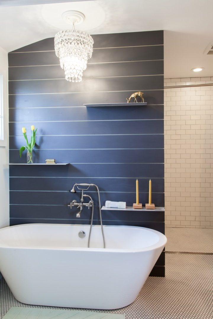 Koupelna s modrou stěnou