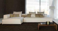 Bílá sedací souprava v interiéru