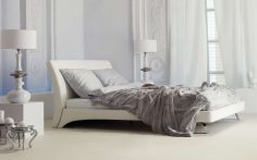 Světlá postel ve světlé ložnici