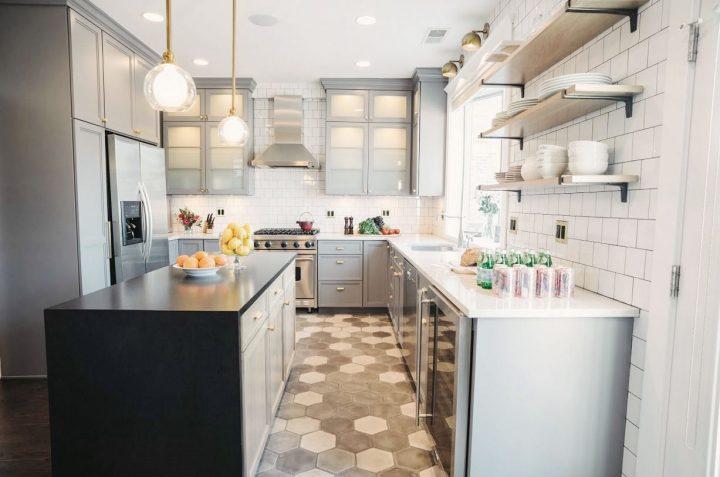 Kuchyň s šedými skříňkami