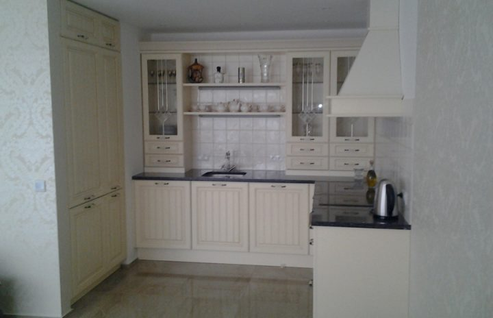Rustikální kuchyně se světlým obkladem
