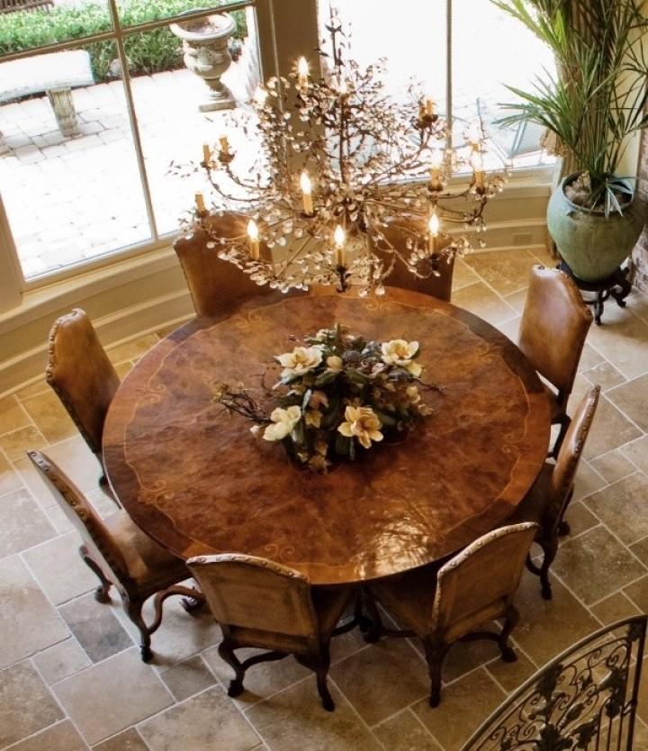Kulatý stůl v jídelně