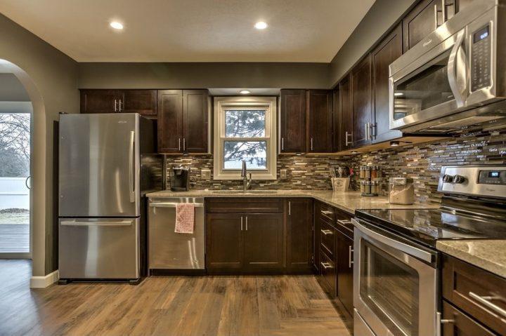 Moderní kuchyň z tmavého dřeva