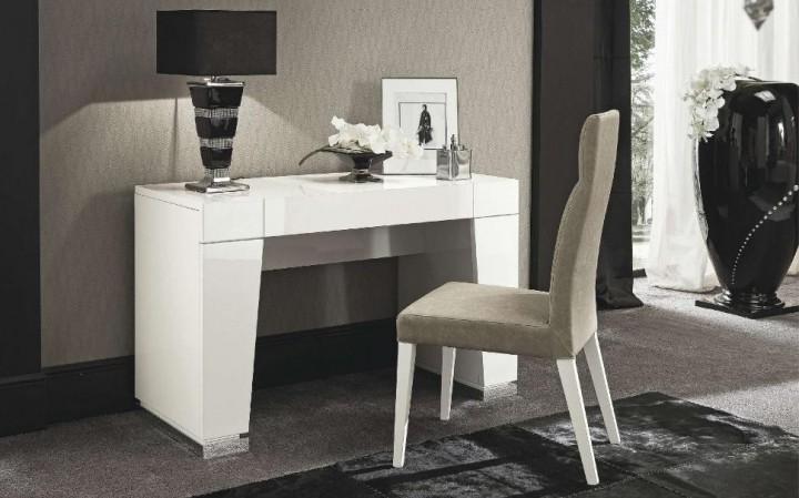 Jednoduchý bílý stolek