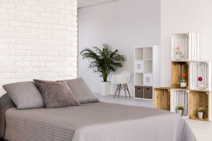 Ložnice zařízená ve skandinávském stylu