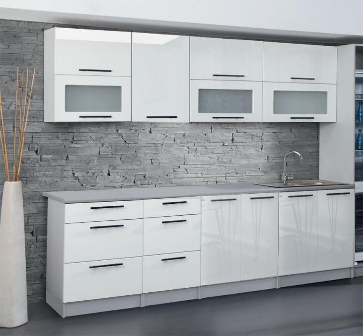 Lesklá bílá kuchyňslá linka v severském designu