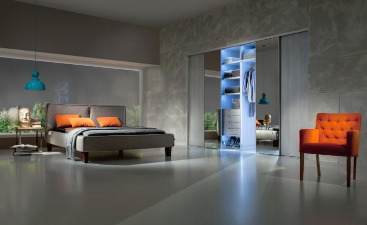 Prostorná ložnice s vestavěnou skříní