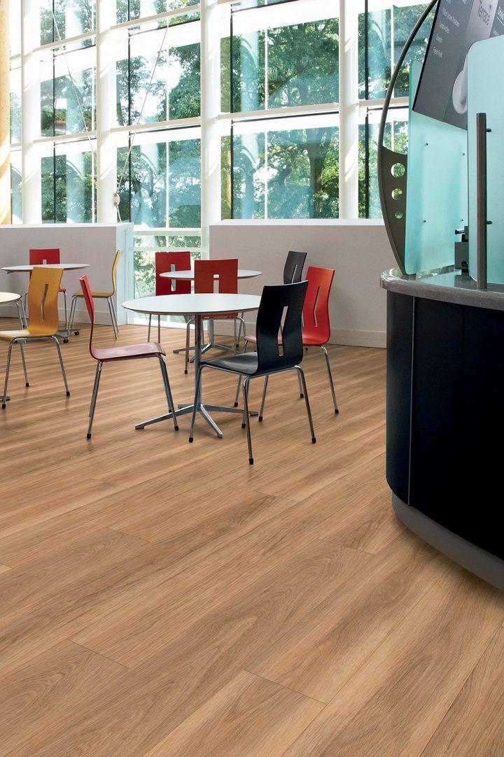 Útulný interiér s vinylovou podlahou Honey Oak