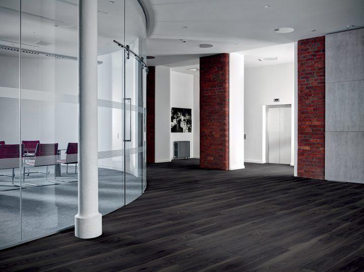 Vinylová podlaha Inked Cedar – dramatický interiér snadno a rychle