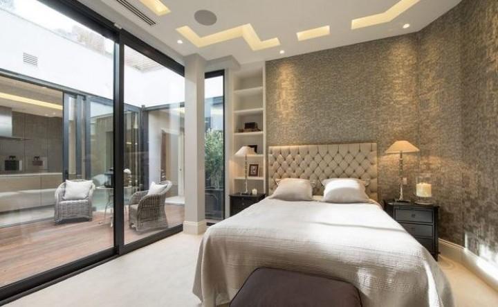 Prosklená stěna v ložnici