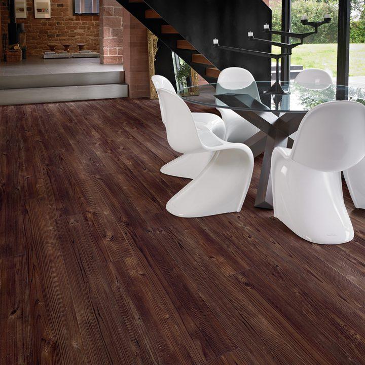 Luxusní interiér s podlahou Aged Cedar Wood