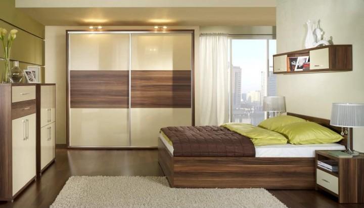 Ložnice v kombinaci bílé a tmavého dřeva