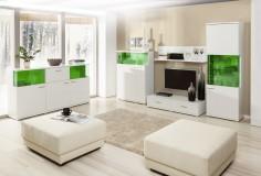 Bílá obývací stěna s výraznými zelenými prvky