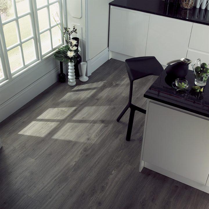 Minimalismus v kuchyni ve spojení s podlahou Weathered Oak
