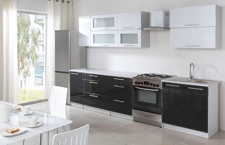 Moderní lesklá kuchyňská linka v kombinaci bílé a černé barvy