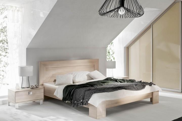 Podkrovní ložnice ve světlém dřevě