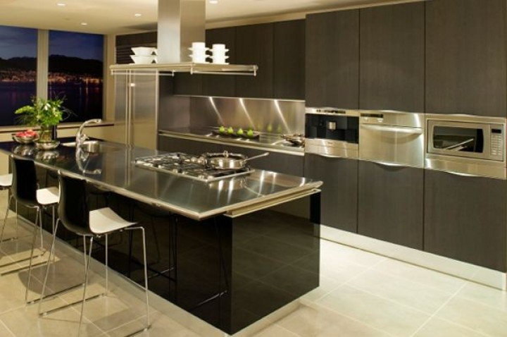 Nerez a dřevo v kuchyňském prostoru
