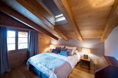 Útulná ložnice ve dřevě