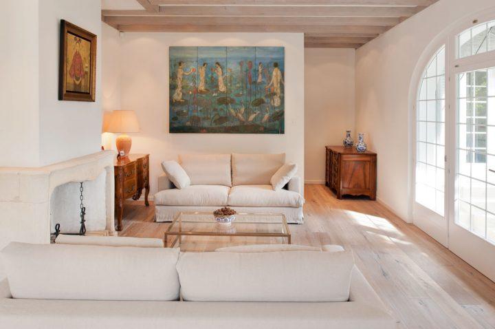 Obývací pokoj se zlatými akcenty