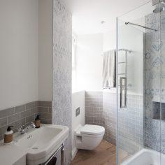 Menší koupelna s tapetami