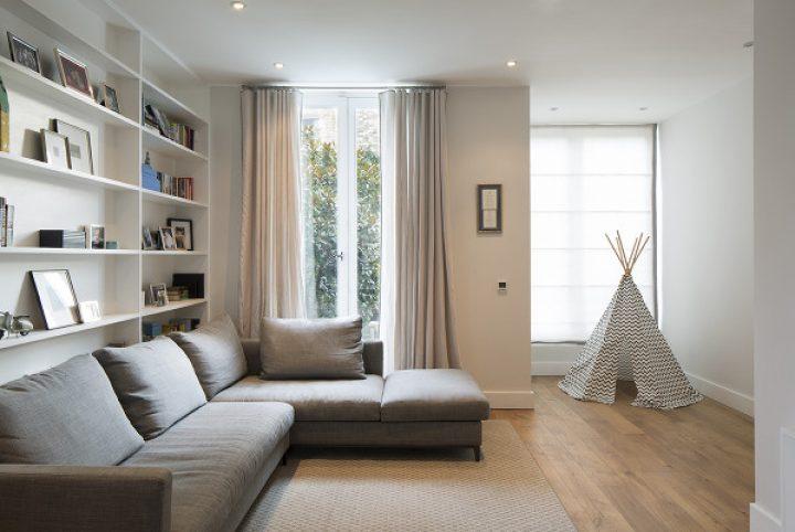 Obývací pokoj s šedou sedací soupravou