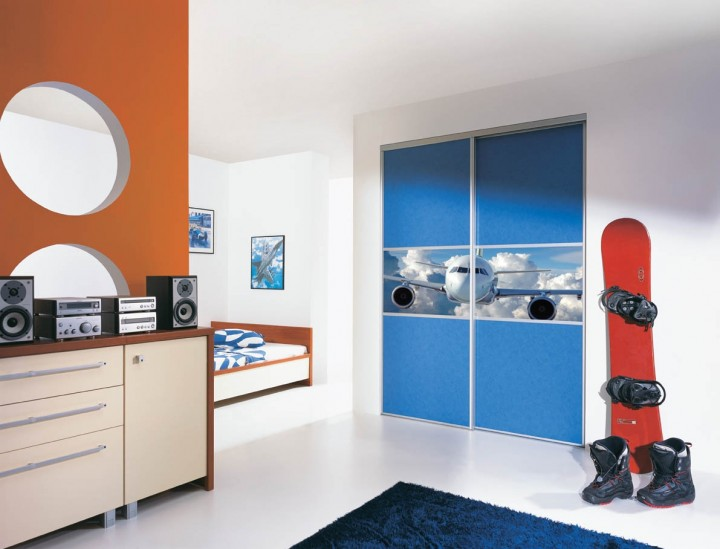 Výrazně barevná ložnice pro studenta