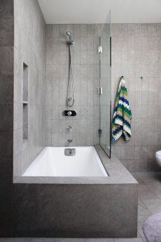 Minimalistická koupelna v šedé barvě