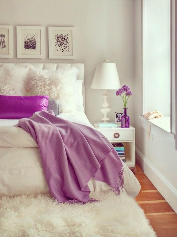 Ložnice ve fialovo-bílé barvě
